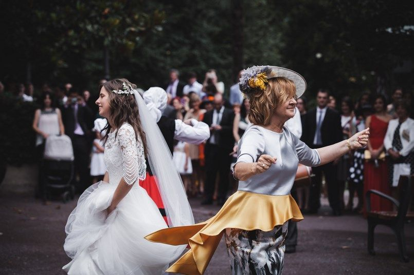 Madre e hija danzas vascas Boda Iratxe y David en Bilbao Foto María Izkue Berezi Moments wedding planner