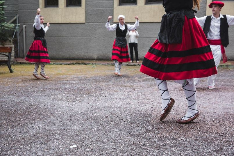 Danzas vascas Boda Iratxe y David en Bilbao Foto María Izkue Berezi Moments wedding planner