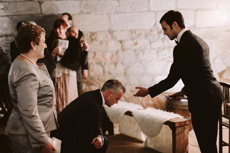 Entrada del novio y rito espada Boda Ide y Rubén Berezi Moments wedding planner