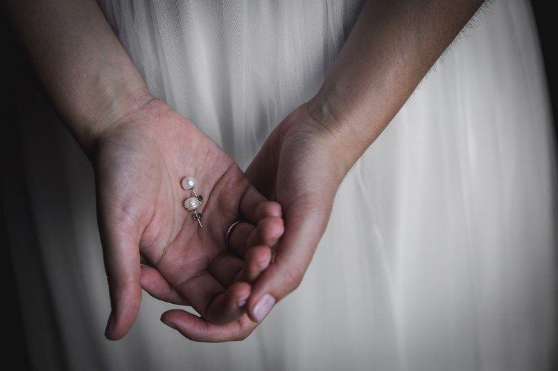 Pendientes de la novia Bilbao Boda Iratxe y David Foto María Izkue Berezi Moments wedding planner
