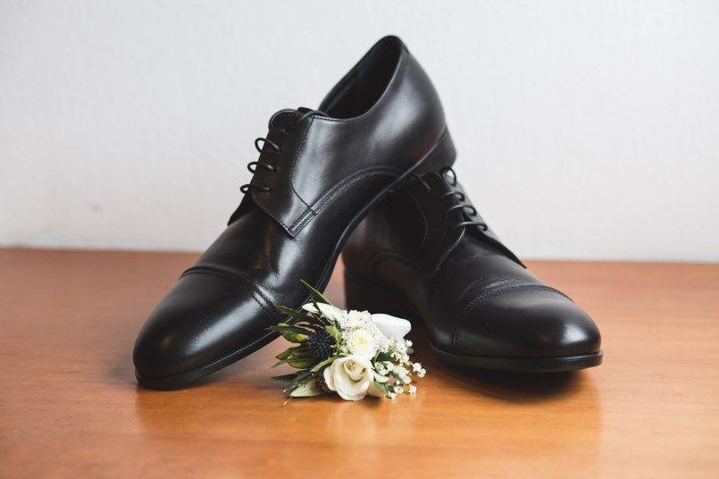 Prendido y zapatos novio Boda Iratxe y David Foto María Izkue Berezi Moments wedding planner