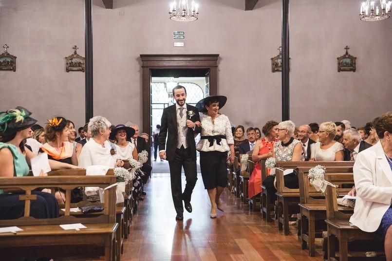 Entrada novio y madrina La Misericordia Boda Iratxe y David en Bilbao Foto María Izkue Berezi Moments wedding planner