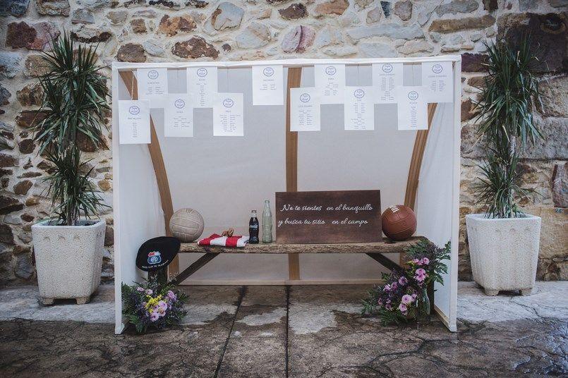 Seating plan banquillo Athletic decoración bodas Horma Ondo Boda Iratxe y David Foto María Izkue Berezi Moments wedding planner